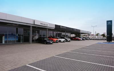 Salon samochodowy marki Lexus wraz z zadaszeniem nad placem samochodów używanych