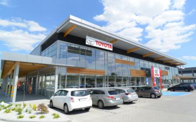 Salon samochodowy marki Toyota z serwisem wraz z niezbędną infrastrukturą techniczną w Modlnicy